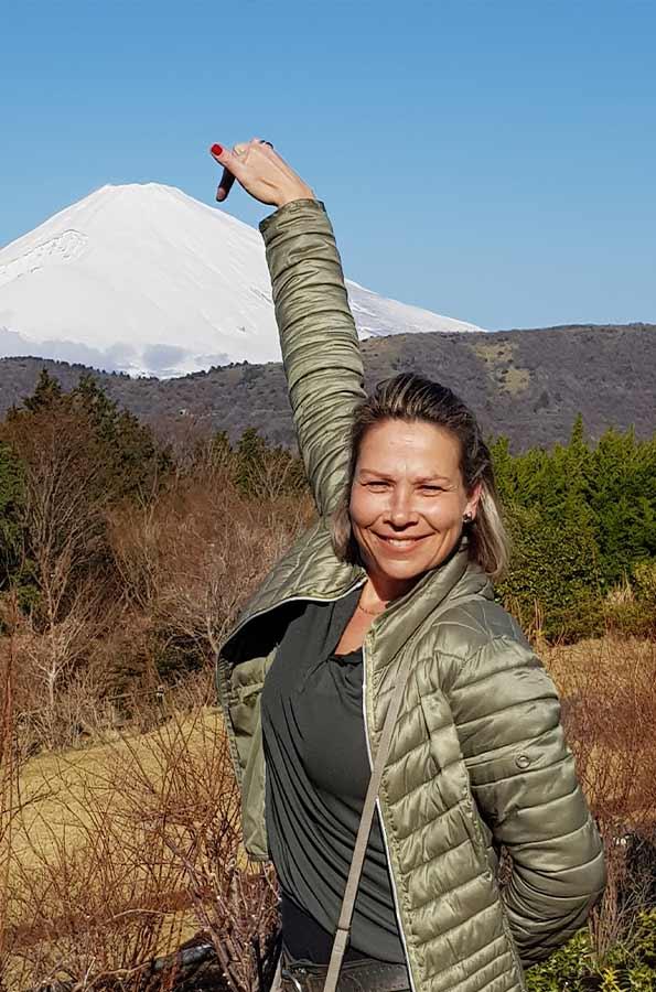 Pauline bij berg in Japan