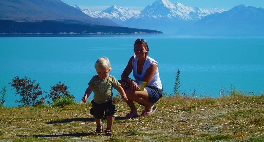 Pauline met zoon bij meer in Nieuw-Zeeland
