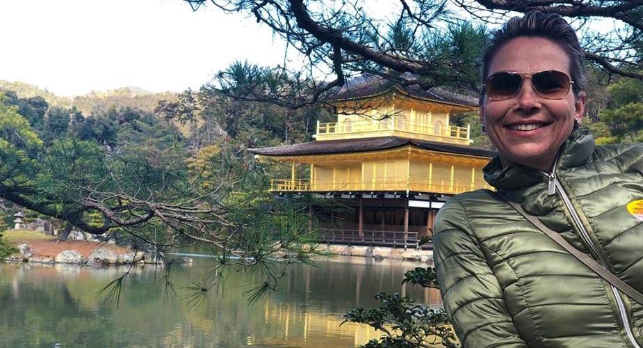Pauline bij tempel in Japan