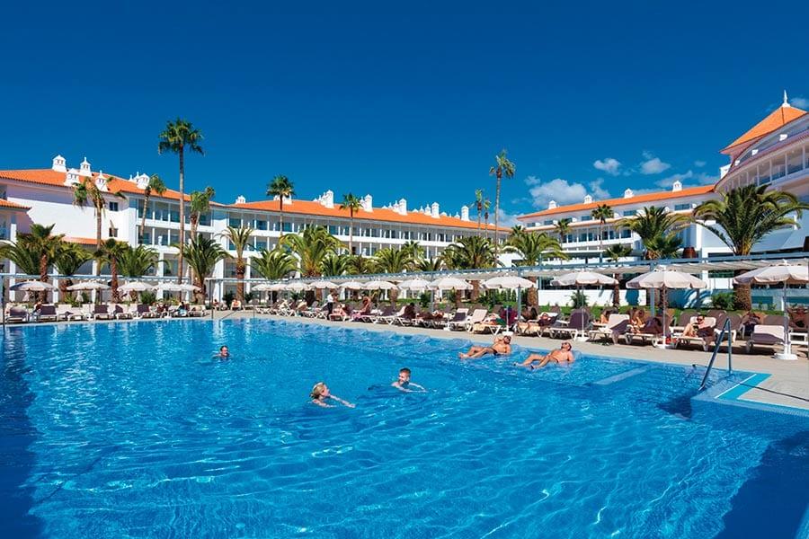 Een van de zwembaden van het hotel