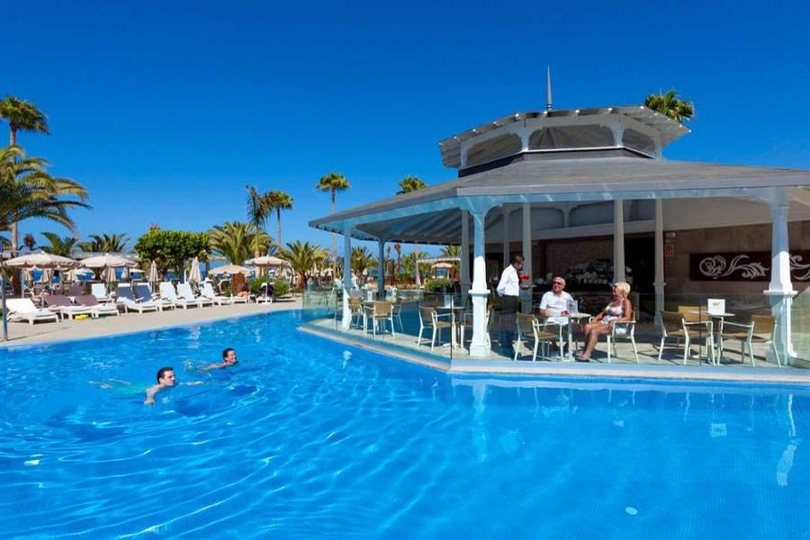 Terras bij zwembad in RIU Palace Tenerife