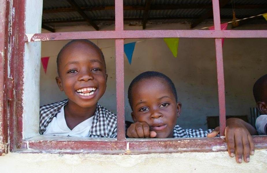 Kinderen bij schooltje in Gambia