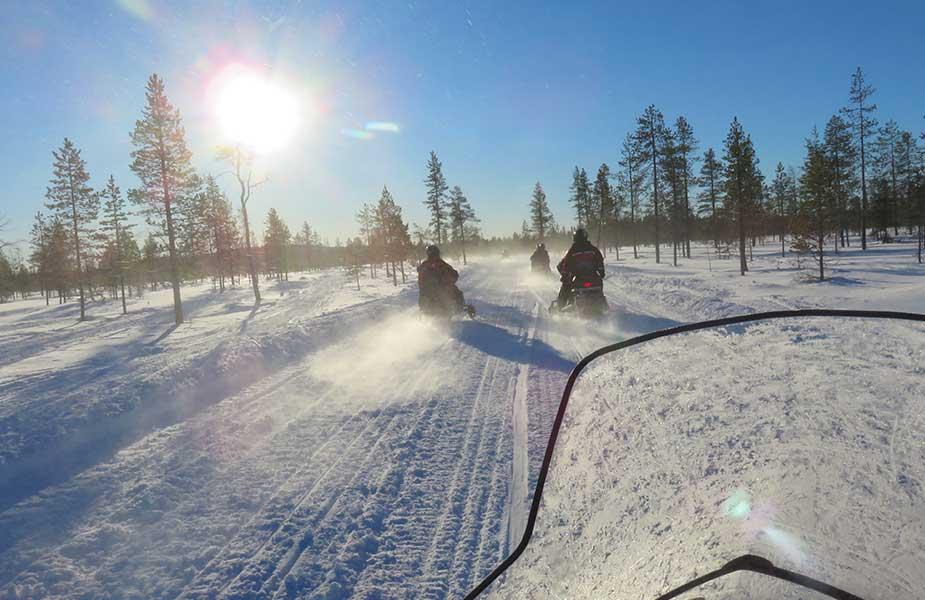 Met sneeuwscooters in Fins Lapland