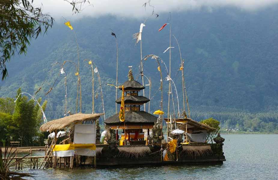 Tempel op Bali in het meer