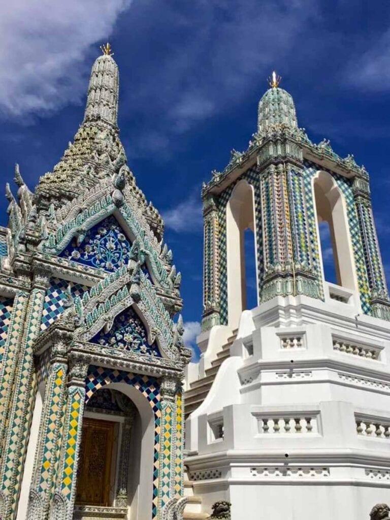 Tempel met blauwe lucht in Bangkok in Thailand