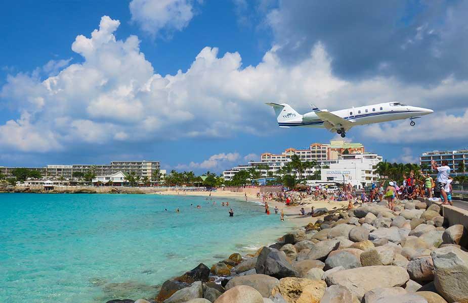 Vliegtuig landt bij strand Sint Maarten