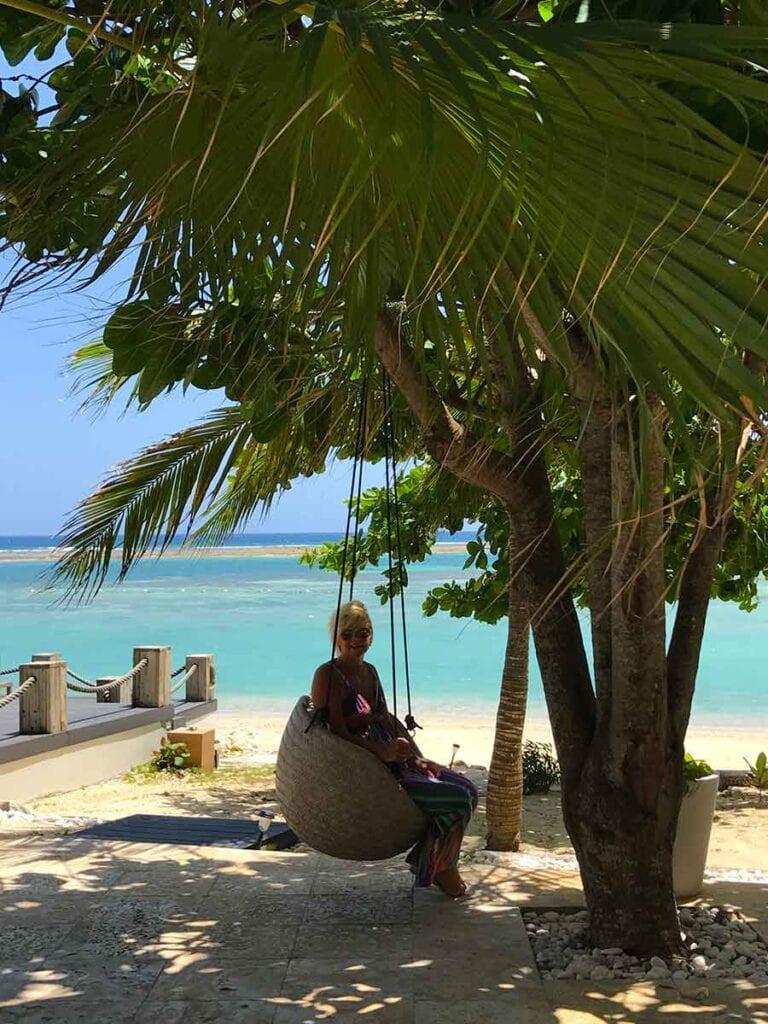 Aletty in schommelstoel aan het strand