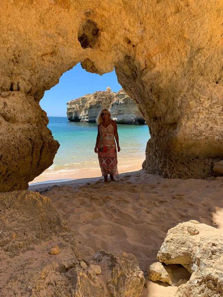 Aletty bij doorgang van rotsen op het strand