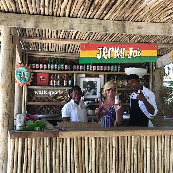Aletty in bar op Jamaica