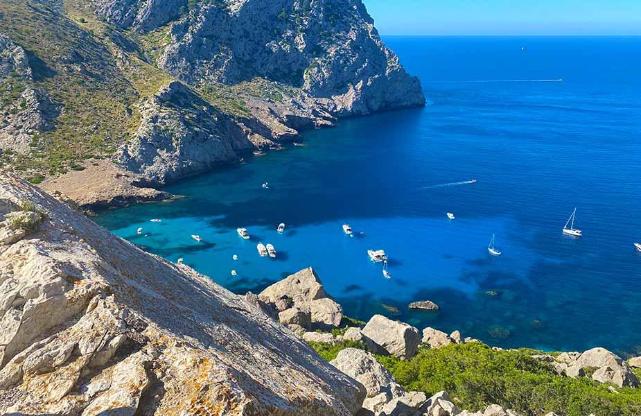 Baai met helderblauwe zee en bootjes