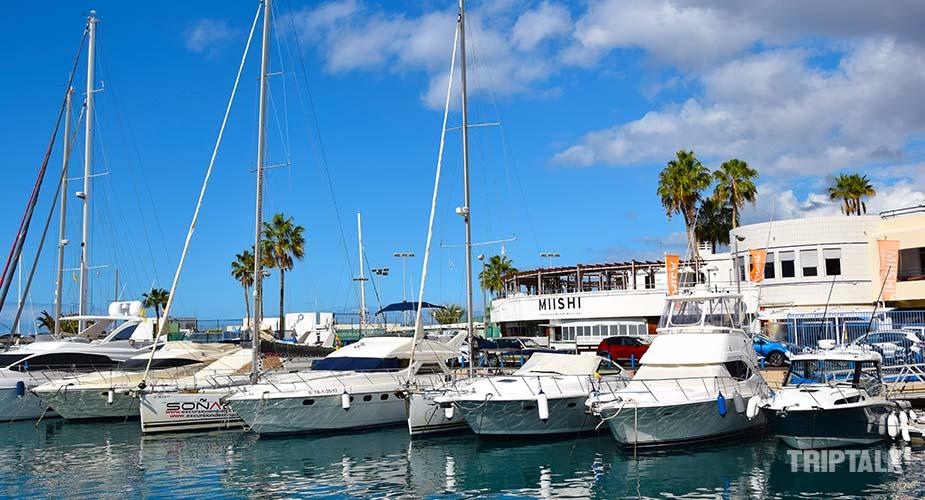 Bootjes in de jachthaven van Puerto Colon in Tenerife