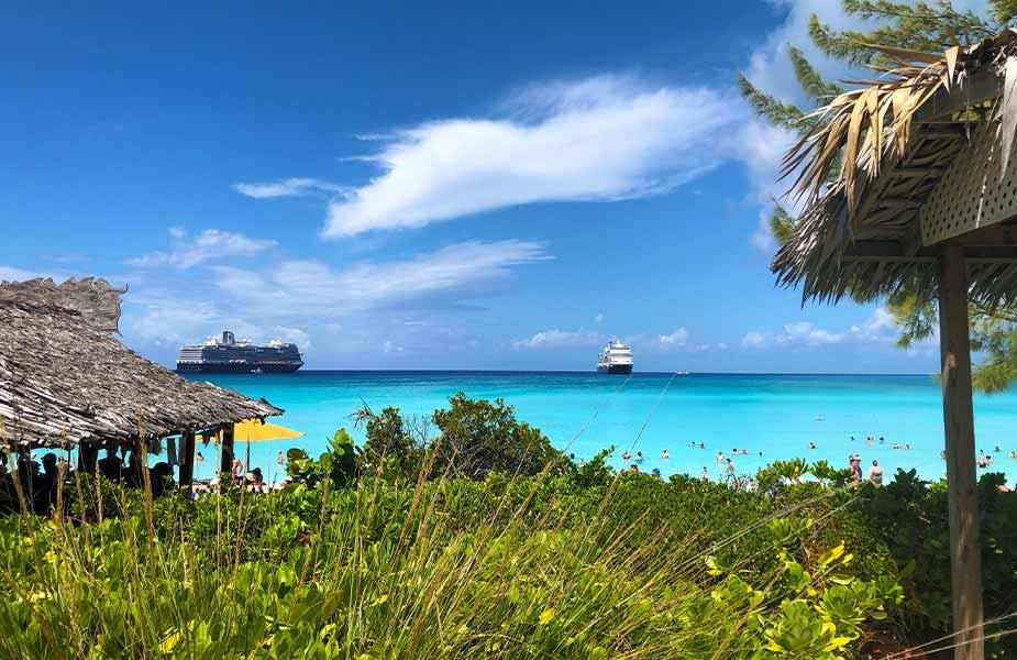 Cruiseschepen op zee met helder blauw water