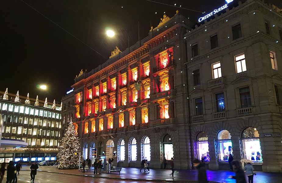 Verlicht gebouw bij de Bahnhofstrasse in Zurich