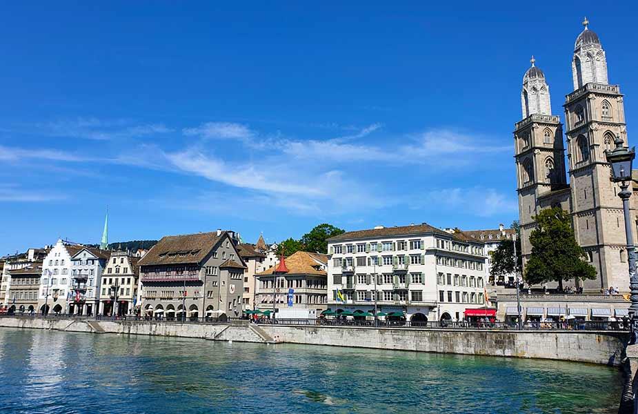 Vanaf de kerktorens van de grossmunster heb je een mooi uitzicht over Zurich