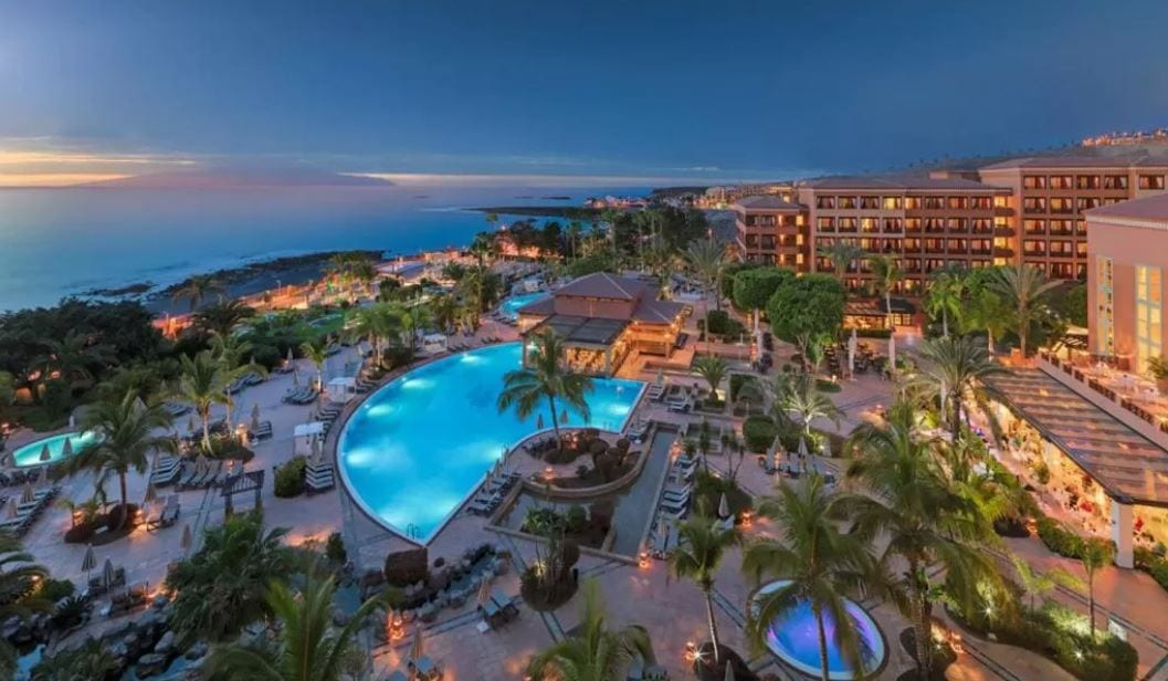 Tuin en zwembad van H10 Palace in Costa Adeje