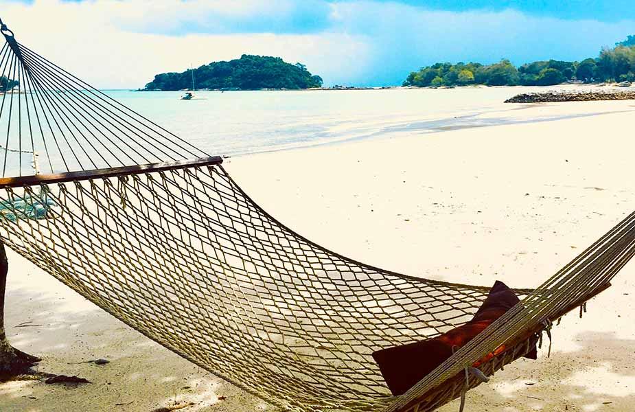 Hangmat bij het strand en aan zee