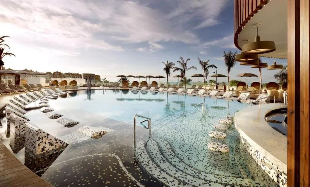 Zwembad Hardrock hotel Costa Adeje