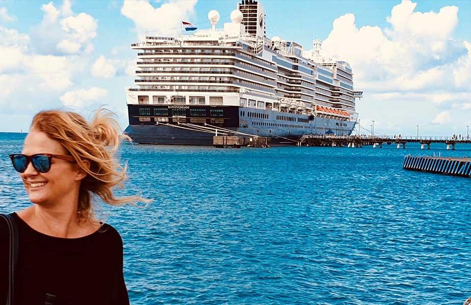 Jose in haven met op achtergrond een cruiseschip