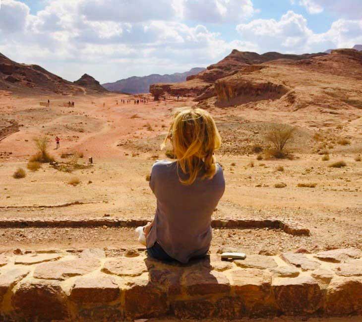 Jose uitkijkend over de woestijn