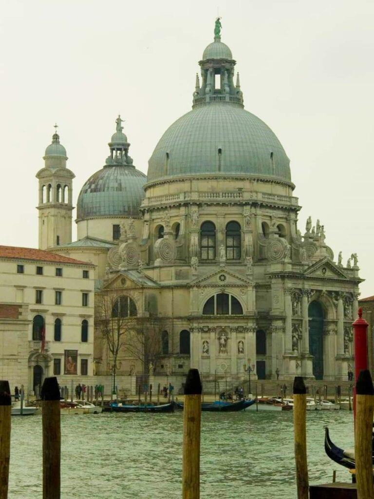 Kerk aan een kanaal in Venetie