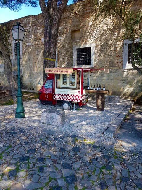Koffiebarretje op straat in Lissabon