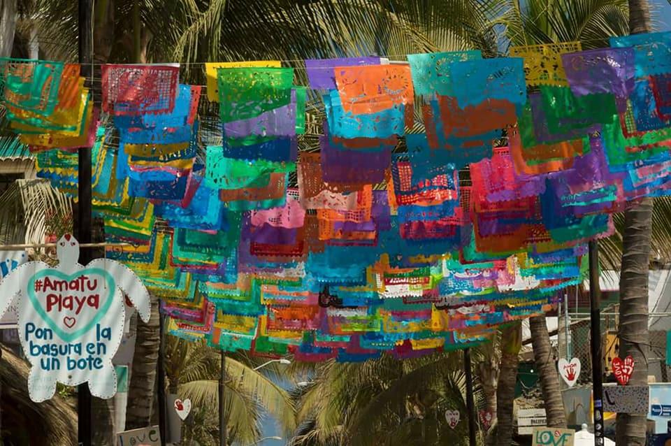 Vlaggetjes boven een straat in Mexico