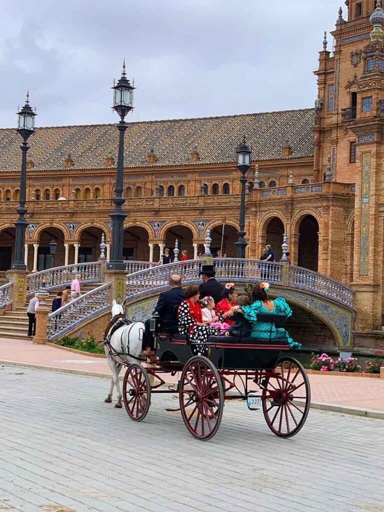 Paard en wagen op Plaza de Espana in Sevilla