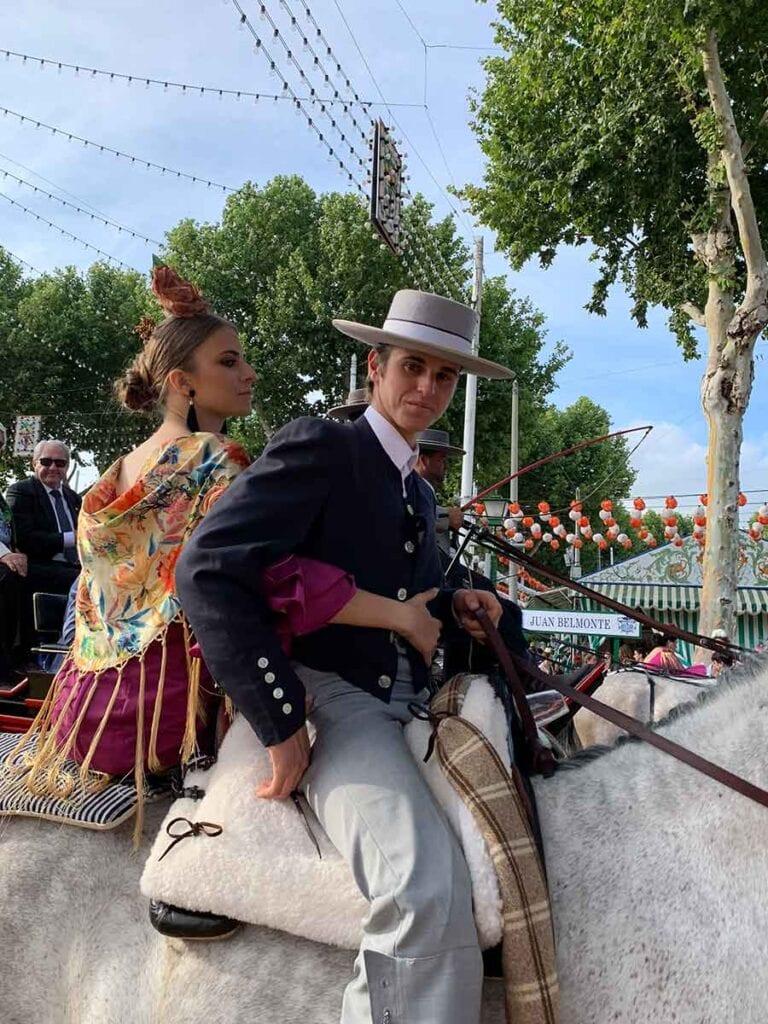 Man en vrouw in klederdracht op paard in Spanje