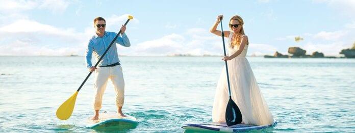 Koppel op SUP boards trouwen