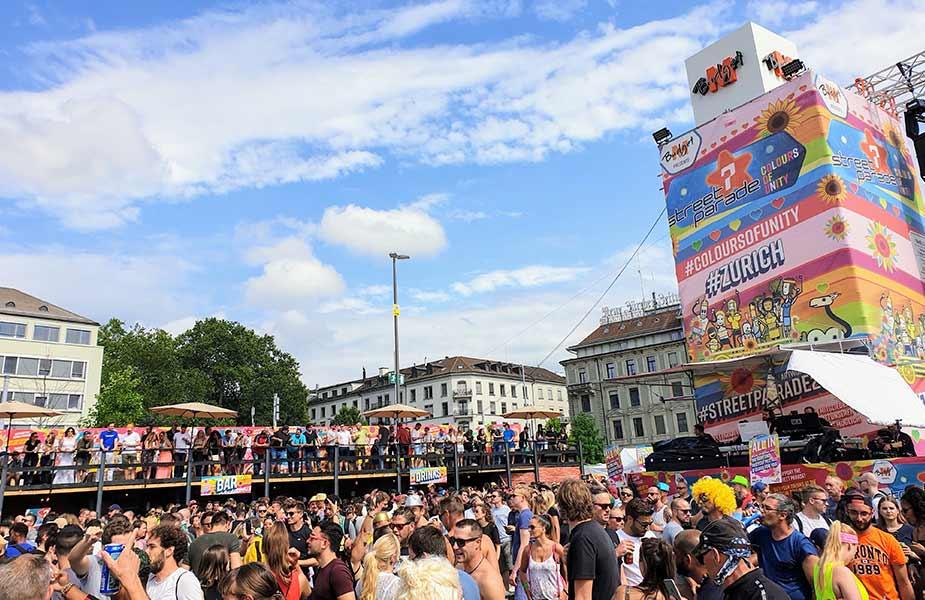 Streetparade in het centrum van Zurich