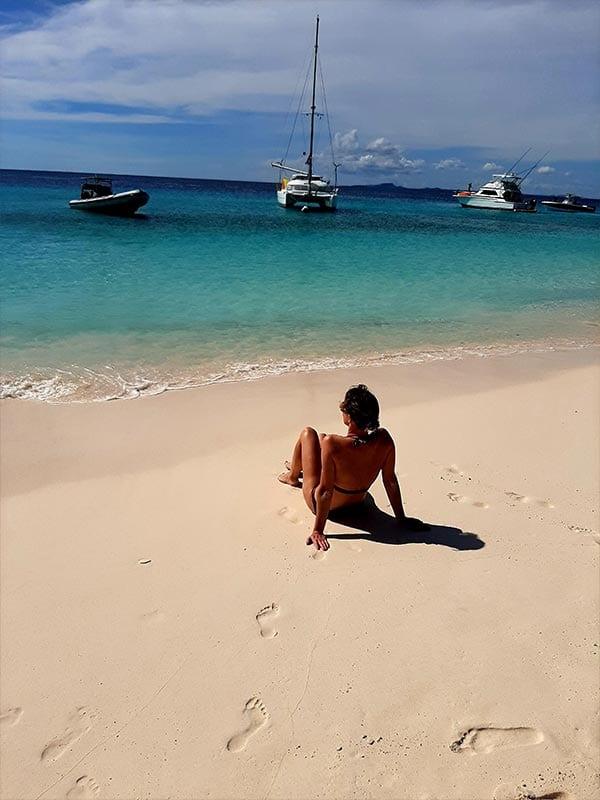 Sylvia op het strand van klein Curacao