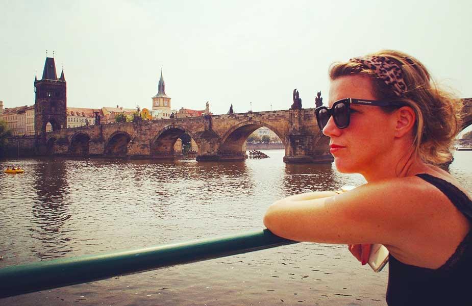 Sylvia bij brug in Praag