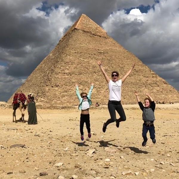Sylvia bij piramide in Egypte