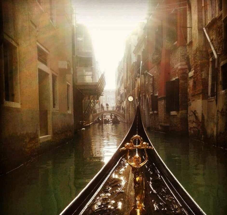 Gondel in kanaal in Venetie