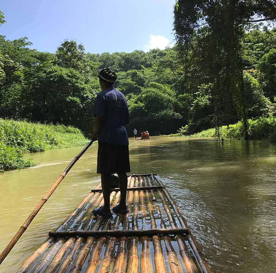 Varen op een bamboevlot in Jamaica