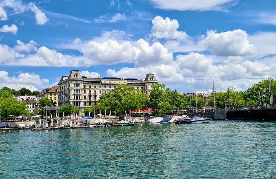 Gebouw vlakbij meer van Zurich