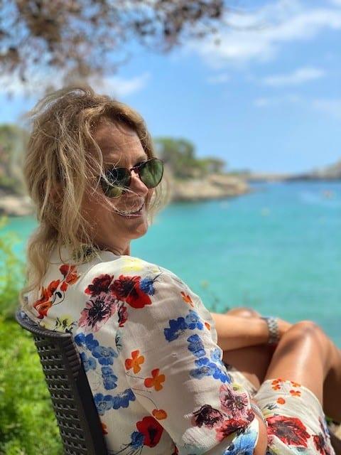 Jose op Mallorca uitkijkend op zee
