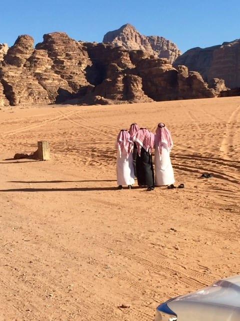 Arabieren wandelen in de woestijn