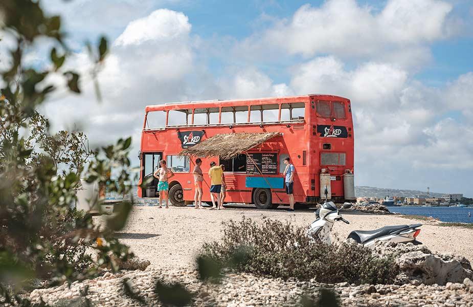 Bezoeken tijdens je reis naar Bonaire, de dubbeldekker food truck