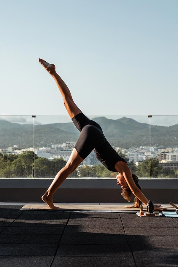 Yoga op het dak van OKU Ibiza