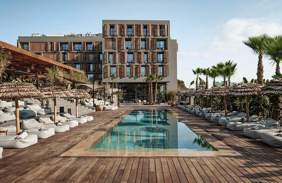 Zwembad met ligbedden bij OKU Ibiza