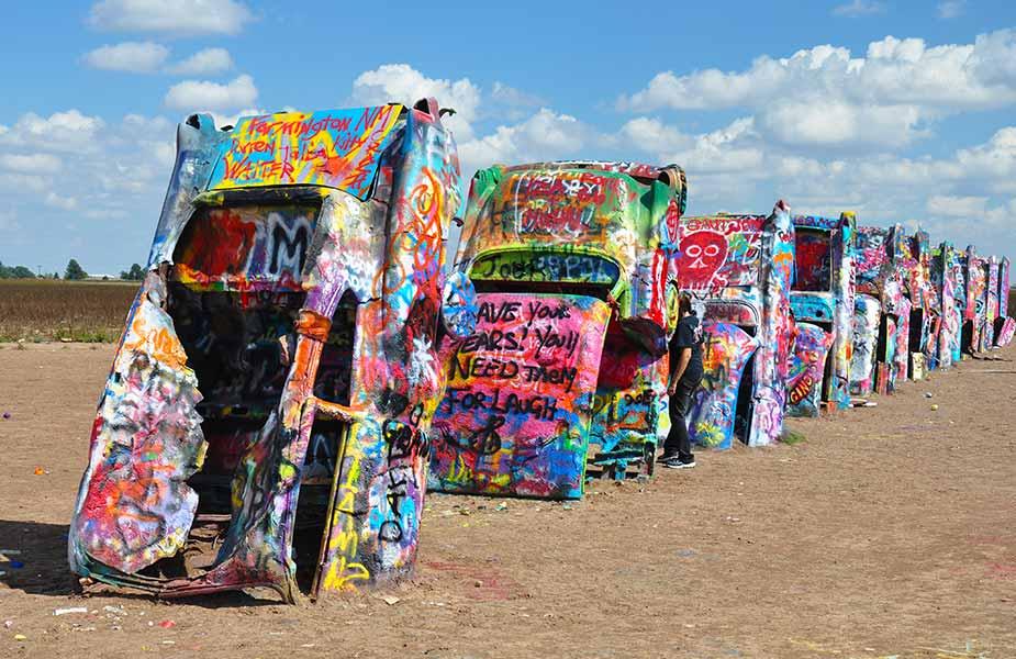 Staande en geverfde autos als kunst in Amerika