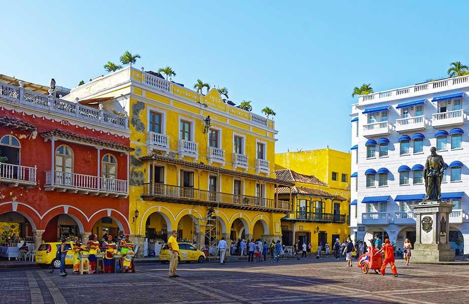 Kleurrijke huizen aan een plein in Cartagena
