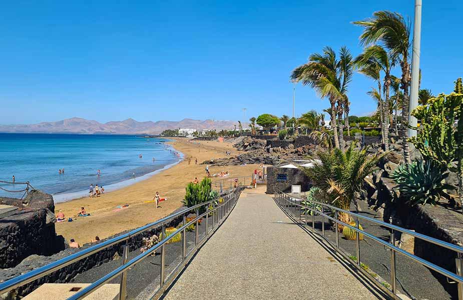 Zandstrand bij Puerto del Carmen op Lanzarote