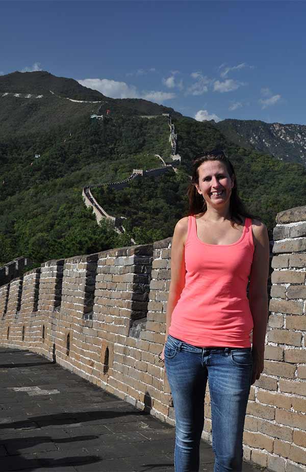 Syvlia bij de Chinese muur in China