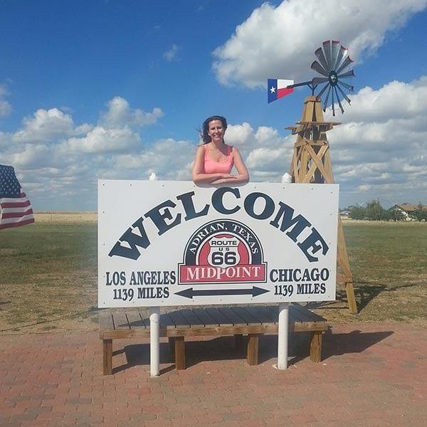 Sylvia bij Welcome bord in Amerika