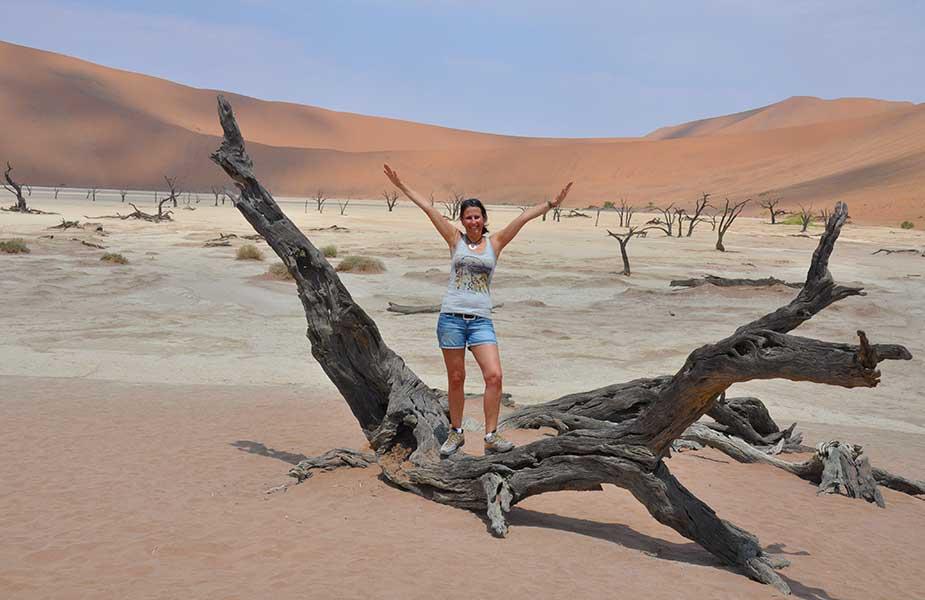 Sylvia bij een dode boom in woestijn Namibie