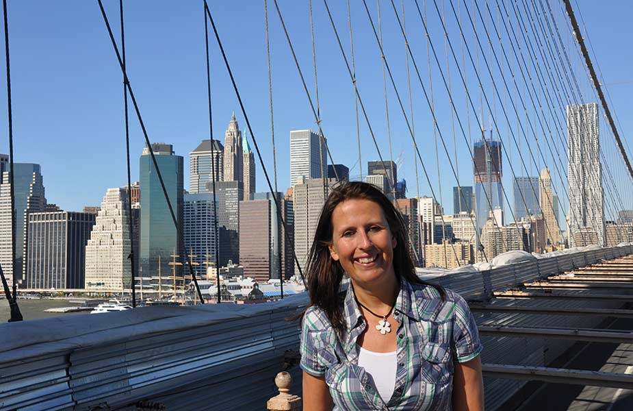 Sylvia in New York bij de Brooklyn Bridge