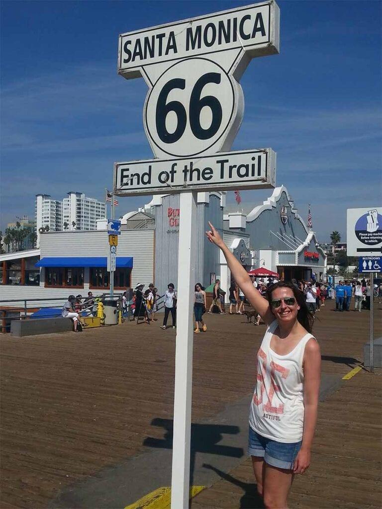 Sylvia bij het bord van route 66 in Santa Monica