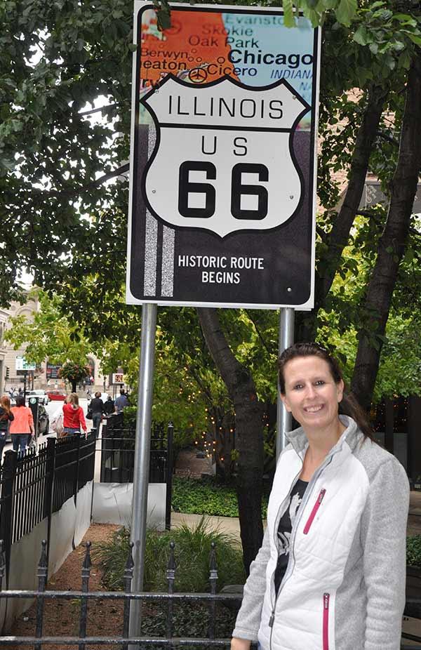 Sylvia bij Route 66 bord in Amerika